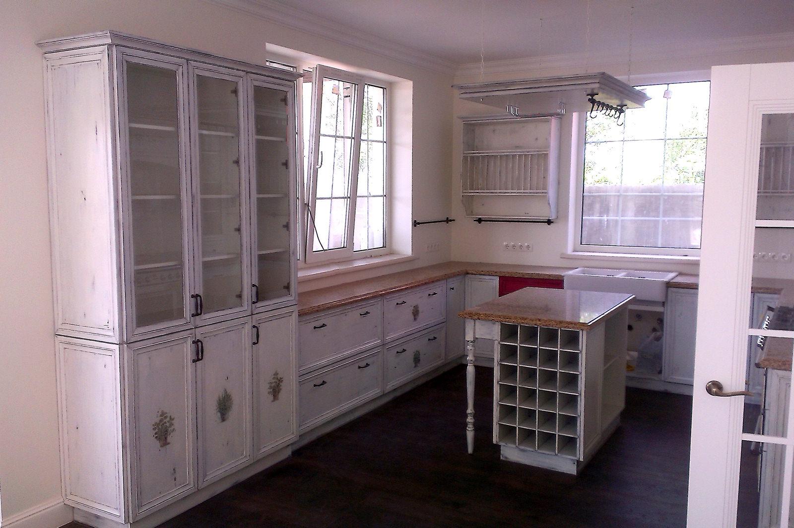 Белая старинная кухонная мебель