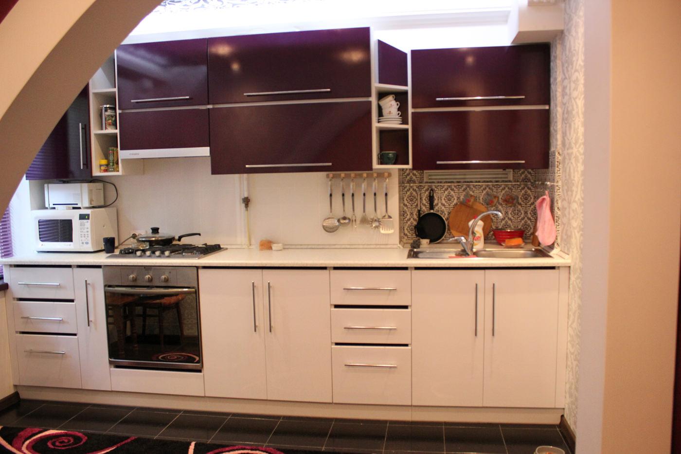 Светлая и стильная кухня на заказ от фабрики Ренессанс