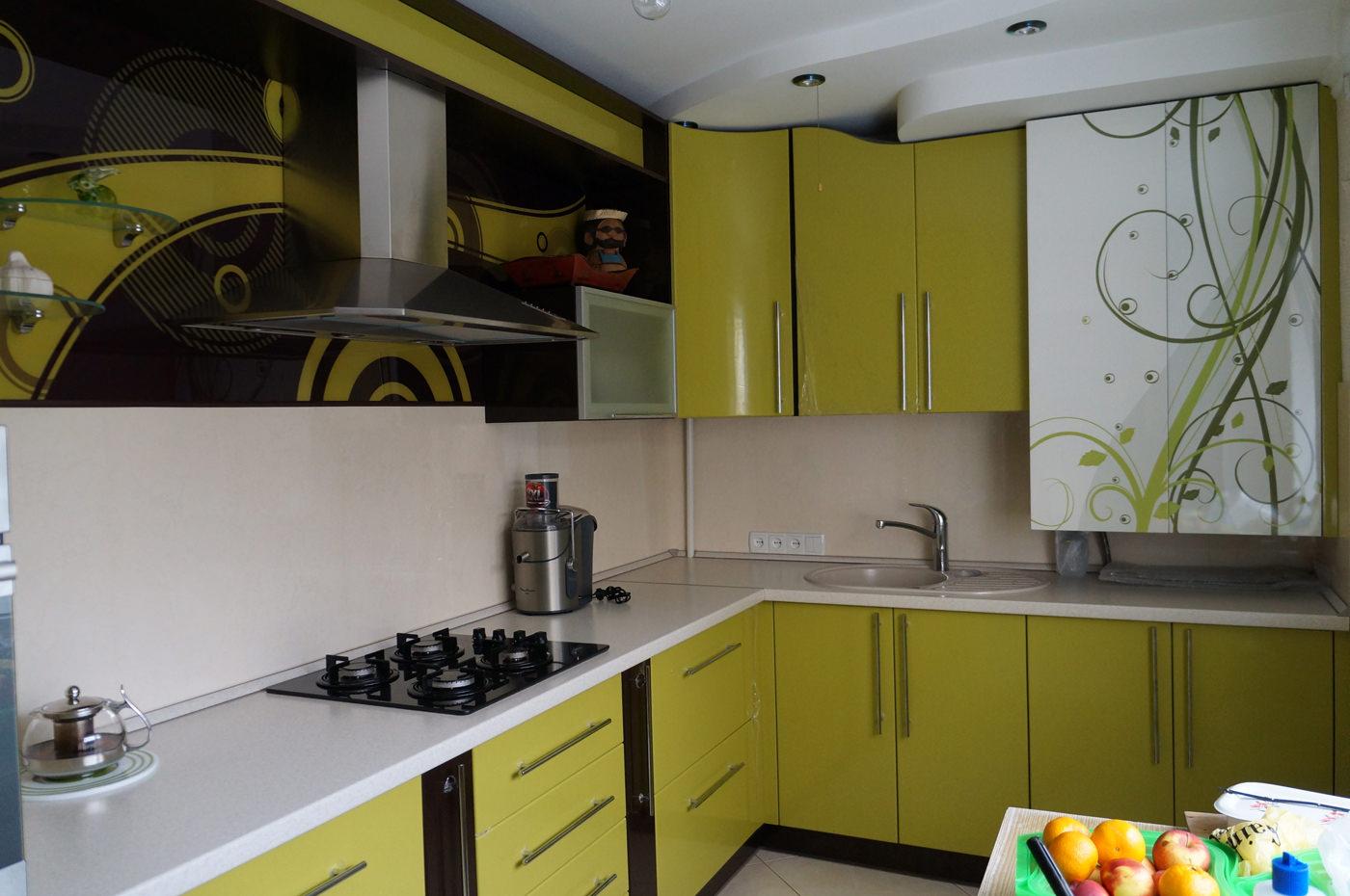 Современная мебель в кухню в ярких цветах