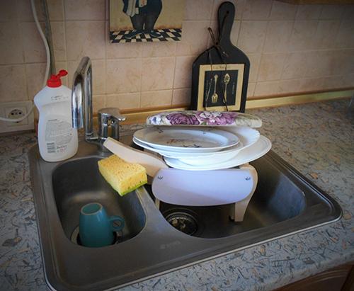Пуфик моет посуду